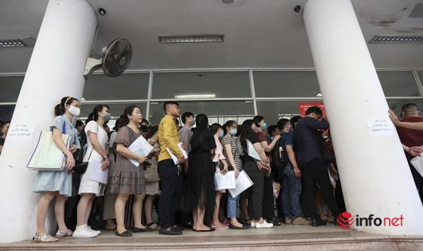 Rồng rắn xếp hàng chờ làm trợ cấp thất nghiệp sau dịch Covid-19