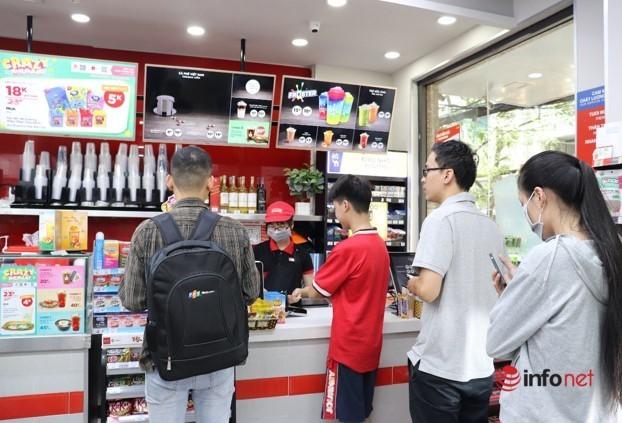 Sinh viên đổ xô đến cửa hàng tiện lợi để ôn thi mùa nóng