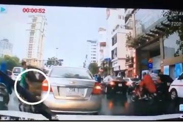 Nam thanh niên lái ô tô đột ngột dừng xe lấy chùm vải của người bán rong vừa gặp nạn