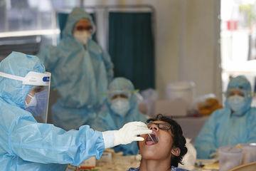 Bác sĩ và bệnh nhân Covid-19 tháo chạy trong đêm vì mưa ngập viện