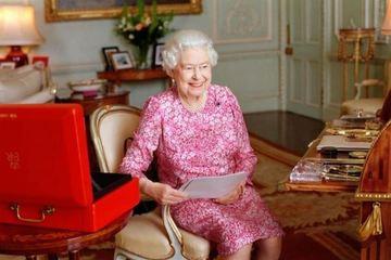 Nhân viên tiết lộ chiếc bàn làm việc 'đặc biệt' của Nữ hoàng Anh