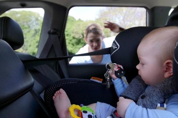 Giải cứu bé gái 1 tuổi bị cha mẹ bỏ lại một mình trong ô tô giữa trưa