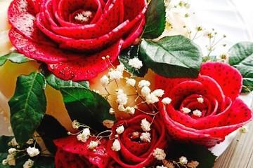 Bà mẹ U50 trổ tài tỉa hoa hồng từ trái cây đẹp như tranh vẽ