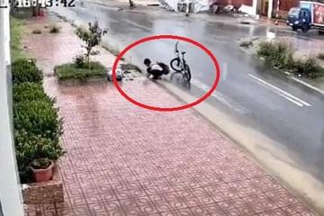 Cậu bé dừng xe bên cống thoát nước và hành động khiến cộng đồng mạng khen 'nức nở'