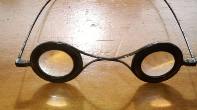Cận cảnh chiếc kính râm che nắng cách đây 260 năm có giá hơn 120 triệu đồng