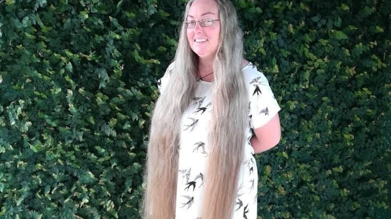 Cắt bỏ mái tóc dài nuôi suốt 6 năm để làm điều đặc biệt khiến ai cùng cảm động