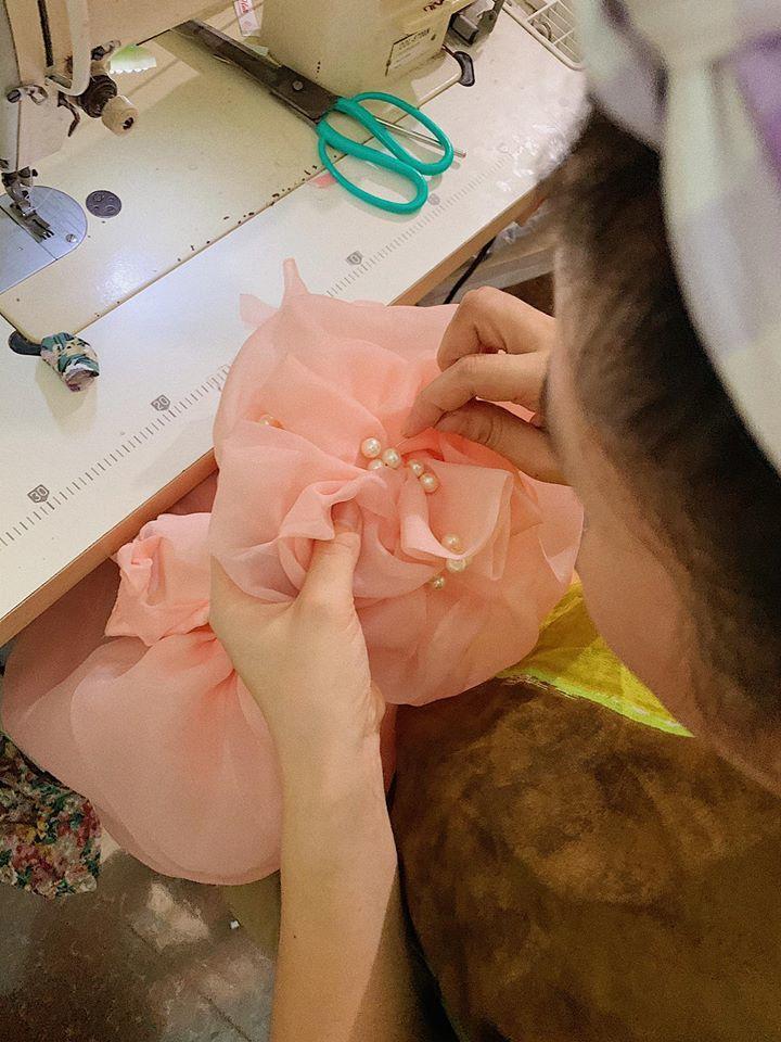 Bà mẹ 4 con khéo tay may cả tủ váy vóc, quần áo cho các con