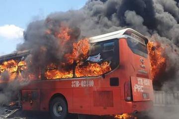 Xe khách bốc cháy dữ dội trên QL1A, hàng chục hành khách hoảng loạn