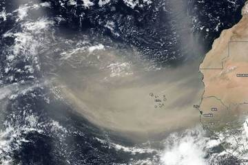 Kinh dị khối bụi khổng lồ bay từ châu Phi qua biển Đại Tây Dương
