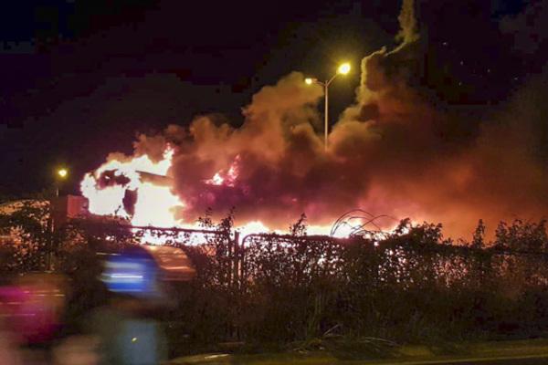 Xe khách bốc cháy dữ dội trên đường vành đai 3
