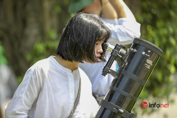 Nhật thực kỳ thú kéo hàng trăm người Hà Nội ra khỏi nhà để chiêm ngưỡng, bất chấp nắng nóng gay gắt
