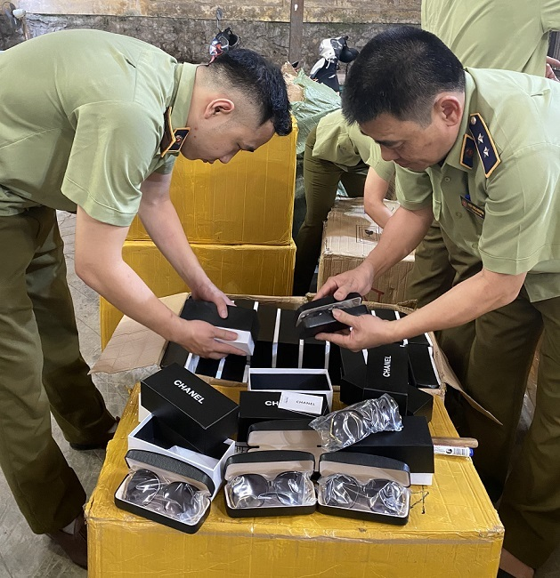 500 kính mắt hiệu Chanel chuyển từ Lạng Sơn nghi hàng giả