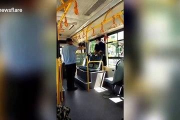 Cụ bà trèo vào xe buýt bằng đường cửa sổ bất chấp nguy hiểm