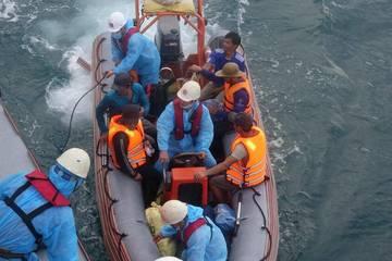Cứu nạn 13 thuyền viên trên tàu cá đâm phải đá ngầm
