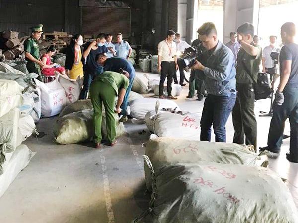 """Đà Nẵng: Phát hiện 5 container thảo dược Trung Quốc """"đội lốt"""" táo ta, củ cải, cà rốt"""