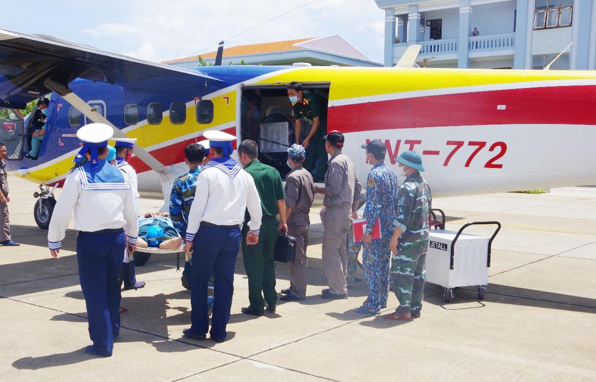 Vận chuyển bệnh nhân nặng bằng máy bay từ Trường Sa vào đất liền