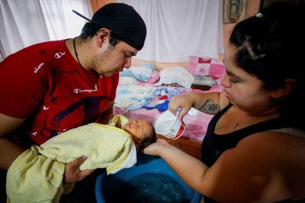 Sản phụ chịu đau 15 tiếng sinh con ở nhà vì không dám tới bệnh viện