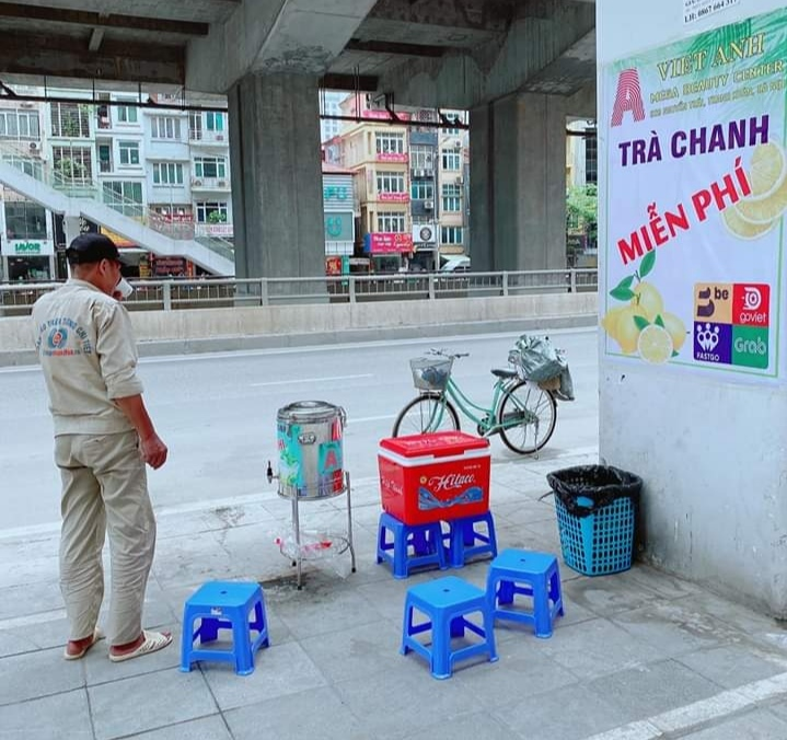 Mát lòng trà chanh đá miễn phí giữa Hà Nội ngày nắng đỉnh điểm
