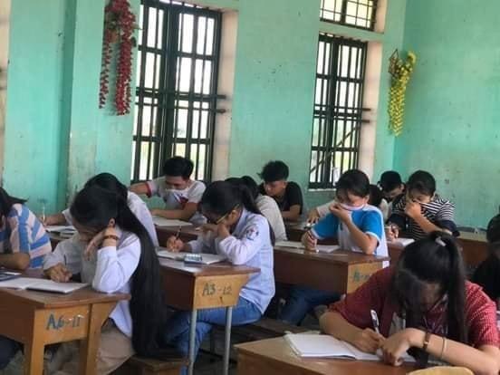Thái Bình: Học sinh vừa học vừa bịt mũi vì mùi hôi thối bủa vây