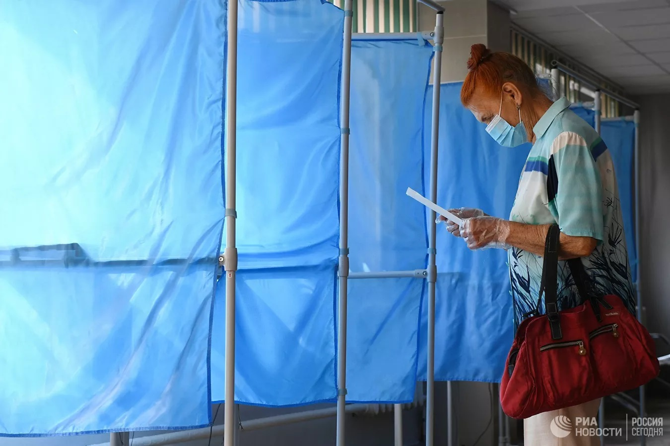 Ông Medvedev không đeo khẩu trang và găng tay khi đi bỏ phiếu sửa đổi Hiến pháp