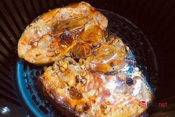 Món ngon cuối tuần: Nướng sườn cốt lết vị xá xíu bằng nồi chiên không dầu