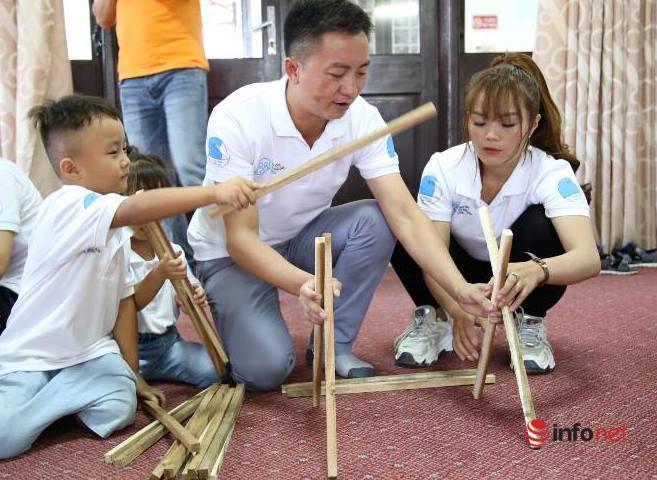 Cảm phục cặp vợ chồng người Mông chữa bệnh miễn phí cho người nghèo