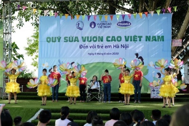Trao tặng 120.000 ly sữa cho trẻ em khó khăn và hoàn cảnh đặc biệt ở Hà Nội
