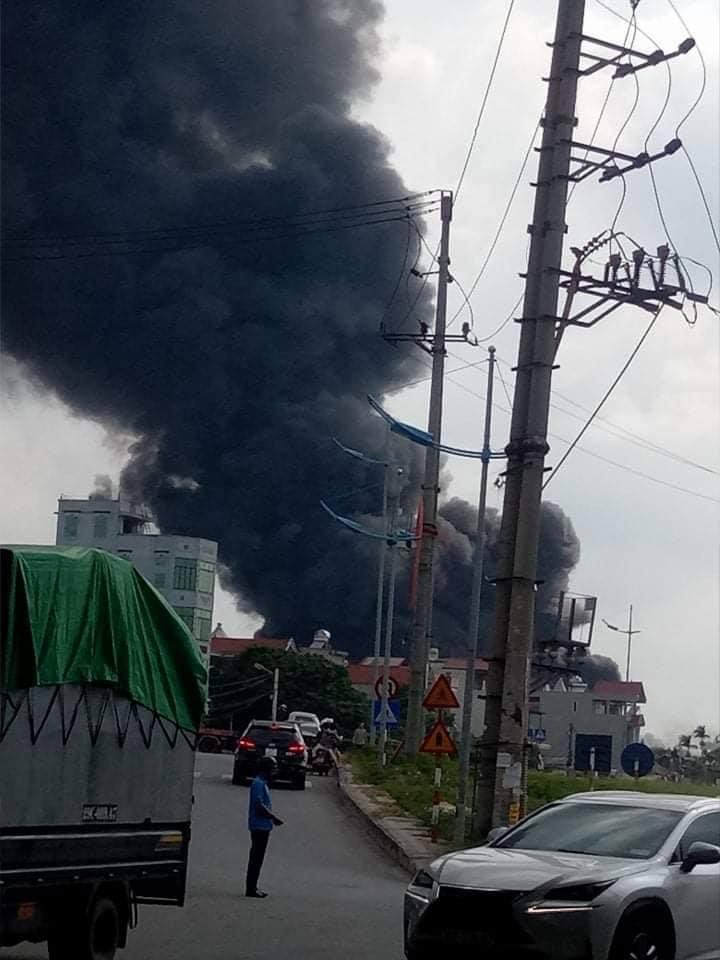 Cháy lớn ở gần cầu Đông Trù, nghi cháy hóa chất