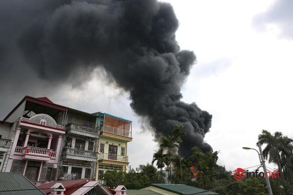Hà Nội: Đám cháy kinh hoàng ở kho hóa chất đã cơ bản được khống chế