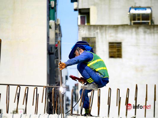 Hà Nội nóng như nung, công nhân vẫn hối hả đưa công trình về đích