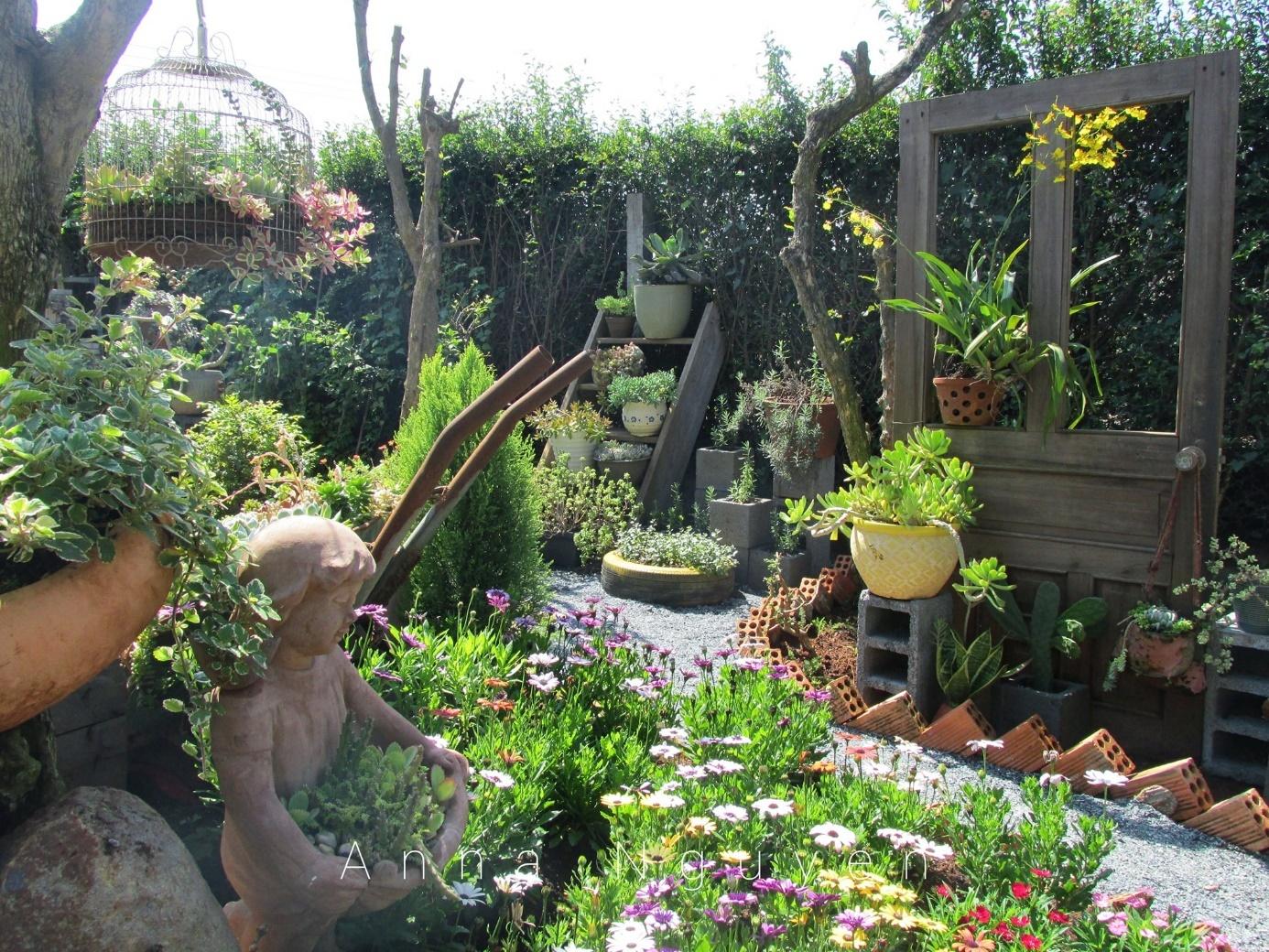 Bà mẹ 8X tạo dựng khu vườn 've chai' xinh đẹp như kiểu phương Tây
