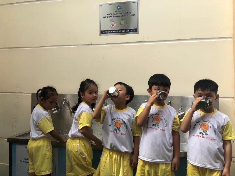 """Học sinh trường tiểu học Chợ Lầu 1: """"Thật vui vì đã được uống nước sạch'"""