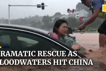 Pha giải cứu nghẹt thở chiếc xe chìm dần dưới nước lũ