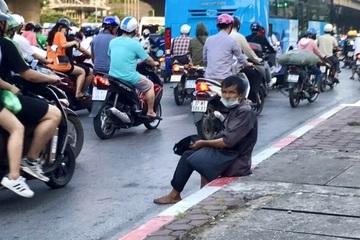 """Người ăn xin """"tràn"""" ra ngã tư ở Hà Nội, nguy cơ mất an toàn giao thông"""