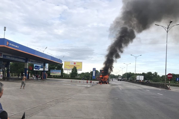 Xe đầu kéo bất ngờ bốc cháy dữ dội gần cây xăng trên QL1A