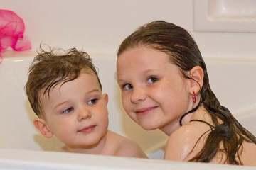 Ở tuổi nào thì anh chị em không nên tắm chung?