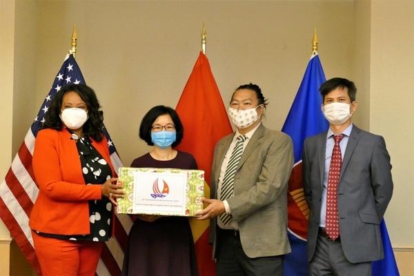Đại sứ quán Việt Nam tại Hoa Kỳ trao tặng khẩu trang cho Washington