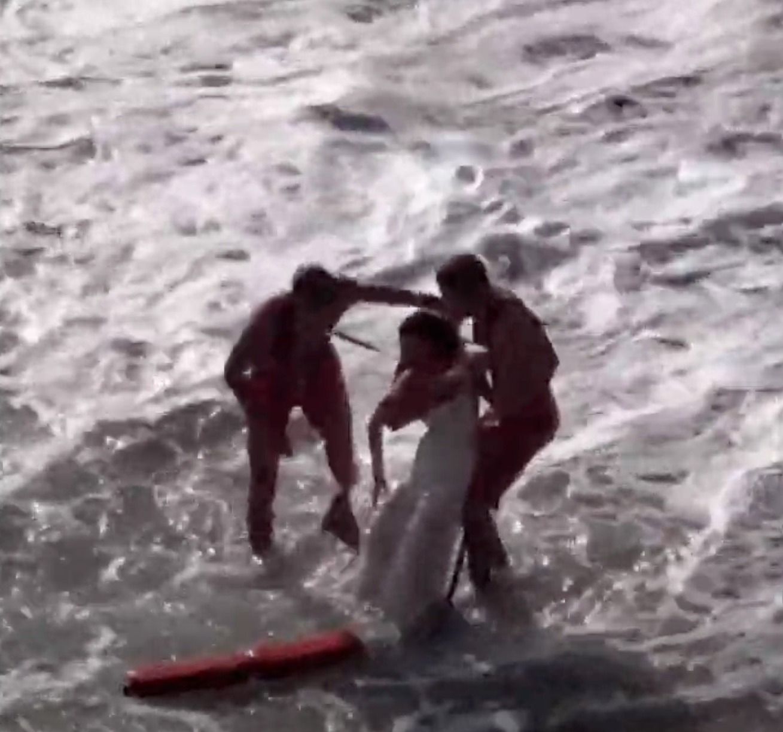 Mải chụp ảnh cưới, cô dâu bị sóng biển cuốn trôi
