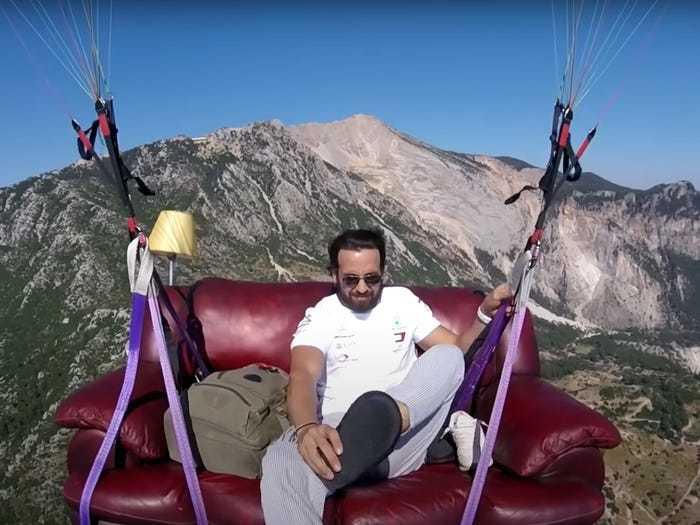 Trải nghiệm ít người được thử trong đời: 'nằm ghế sofa, xem ti vi' giữa bầu trời