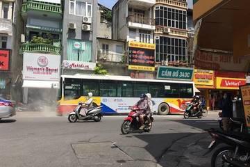 """Xe buýt """"xì khói"""" giữa phố Hà Nội gây hoảng sợ do bị bó phanh"""