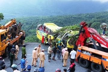 Kon Tum: Xe khách lao xuống đèo, 5 người chết, hàng chục người bị thương