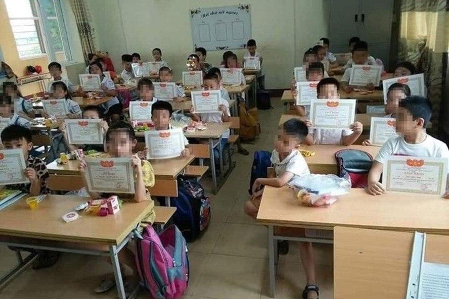 Bộ GD&ĐT lên tiếng về bức ảnh 'cả lớp nhận giấy khen mình em lạc lõng'