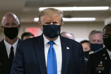 Tổng thống Trump lần đầu tiên công khai đeo khẩu trang