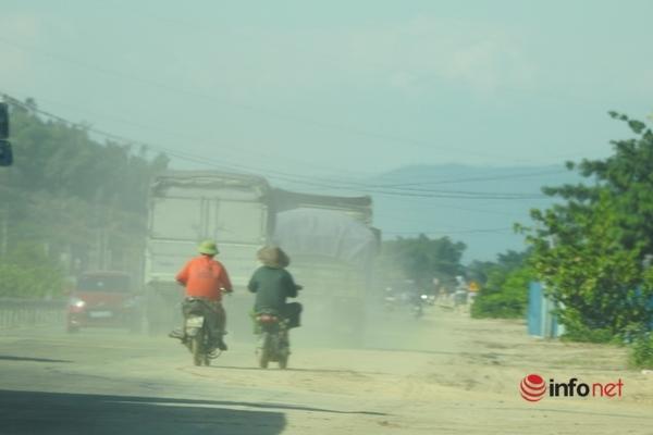 Hà Tĩnh: Cát bụi mù mịt quốc lộ 1A, nhắm tịt mắt phóng cho qua