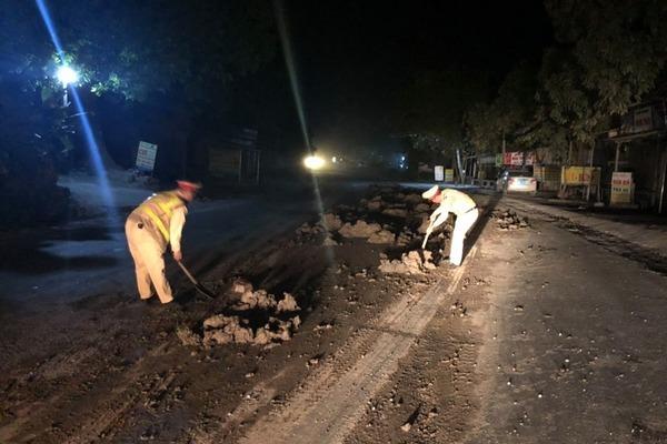 Truy tìm ô tô đổ bùn đất trên đường Hồ Chí Minh