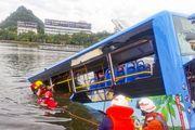 Tài xế lái xe buýt lao xuống hồ để trả thù xã hội