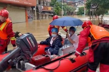 Lực lượng cứu hộ Trung Quốc chạy đua cứu người mắc kẹt trong nước lũ