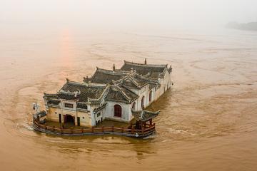 Ngôi đền 700 tuổi của Trung Quốc 'trơ trọi' giữa dòng lũ sông Trường Giang