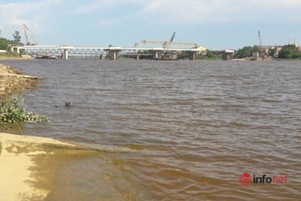 Nước sông La ngầu đỏ, nhà máy nước sạch cũng lắc đầu, bó tay