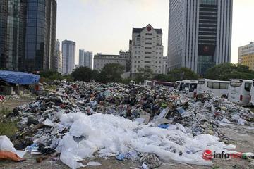 Hà Nội: Rắc hàng tấn vôi bột vào trăm tấn rác chất đống giữa phố
